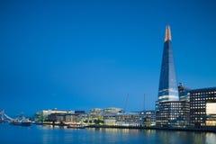Londres, banco sul com estilhaço cedo na noite imagem de stock royalty free