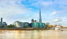Londres, banco sul da Tamisa em um dia brilhante fotografia de stock