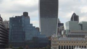 Londres céntrico con los edificios y los rascacielos modernos en fondo almacen de video