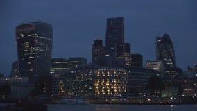 Londres céntrico con los rascacielos y el río Támesis de los edificios de oficinas en vista nocturna