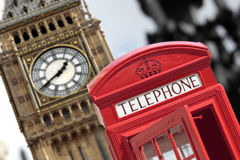 Londres, caixa de telefone vermelha britânica com a torre de pulso de disparo de Big Ben na distância foto de stock