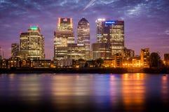 Londres, Canary Wharf en la oscuridad Fotografía de archivo