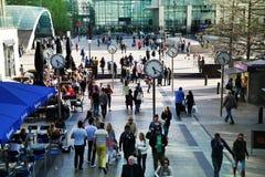 LONDRES, CANARY WHARF Reino Unido - 13 de abril de 2014:- Canary Wharf y oficinistas cuadrados Foto de archivo