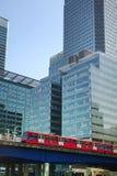 LONDRES, CANARY WHARF Reino Unido - 13 de abril de 2014 - ponte e trem de DLR Foto de Stock