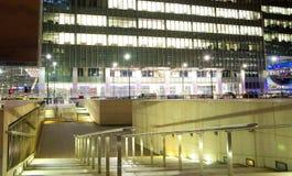 LONDRES, CANARY WHARF Reino Unido - estación 4 de abril de 2014 de Canary Wharf del tubo, del autobús y del taxi en la noche Imagen de archivo libre de regalías