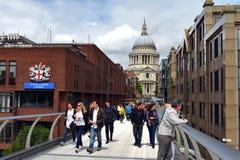 Londres - cathédrale de S. Paul et passerelle de millénaire Photographie stock