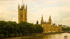 Londres - Chambres du Parlement sur la Tamise Image stock