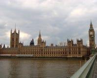 Londres - Chambres du Parlement sur la Tamise Photos libres de droits