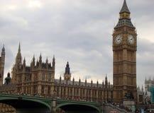 Londres - Chambres du Parlement sur la Tamise Photo stock