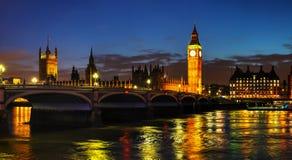 Londres con la torre de reloj y casas del parlamento Imagen de archivo libre de regalías