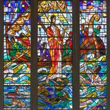 Londres - Cristo que ajuda Peter na tempestade do mar no vitral no St Catharine Cree da igreja Imagens de Stock Royalty Free
