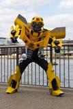 LONDRES - 11 de abril de 2014: Transformador p cosplay de Autobot del abejorro Fotografía de archivo
