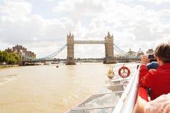LONDRES - 19 DE AGOSTO DE 2017: Barco da excursão dos cruzeiros da cidade no rio Tamisa Foto de Stock Royalty Free