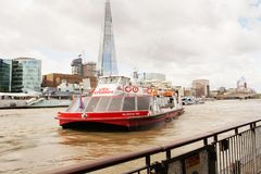 LONDRES - 19 DE AGOSTO DE 2017: Barco da excursão dos cruzeiros da cidade no rio Tamisa Fotos de Stock Royalty Free