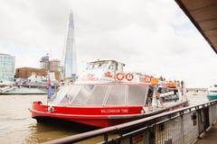 LONDRES - 19 DE AGOSTO DE 2017: Barco da excursão dos cruzeiros da cidade no rio Tamisa Imagens de Stock Royalty Free