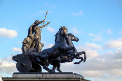 LONDRES - 9 DE DEZEMBRO: Escultura de bronze pelo commerat de Thomas Thornycroft imagens de stock royalty free