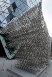 LONDRES - 20 DE DEZEMBRO: Escultura nova do Forever do Ai Weiwei fora de Lond fotografia de stock