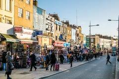LONDRES - 9 DE DEZEMBRO: Rua movimentada em Camden Lock em Londres o 9 de dezembro, Imagem de Stock Royalty Free