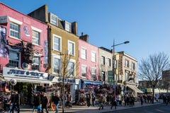 LONDRES - 9 DE DEZEMBRO: Rua movimentada em Camden Lock em Londres o 9 de dezembro, Fotos de Stock