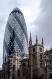 LONDRES - 20 DE DEZEMBRO: 30 St Mary Axe conhecida affectionally como o Gher Fotos de Stock
