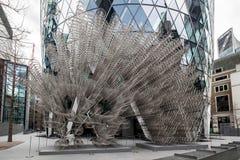 LONDRES - 20 DE DICIEMBRE: Nueva escultura del Forever del Ai Weiwei fuera de Lond imágenes de archivo libres de regalías
