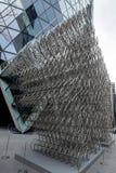 LONDRES - 20 DE DICIEMBRE: Nueva escultura del Forever del Ai Weiwei fuera de Lond fotografía de archivo