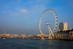 LONDRES - 20 DE DICIEMBRE: Una visión a lo largo del río Támesis hacia Fotos de archivo