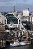 LONDRES - 27 DE ENERO: Cruz Staion de Charing y puente de Hungerford Foto de archivo