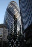 LONDRES - 31 DE ENERO - 2011: La torre famosa del pepinillo de Londres 31 de enero de 2011 en Londres la torre es 180 metros de a Imagen de archivo libre de regalías