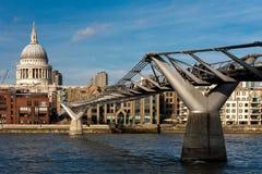 LONDRES - 27 DE ENERO: Puente y St Pauls Cathedral del milenio i Imágenes de archivo libres de regalías