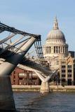 LONDRES - 27 DE ENERO: Puente y St Pauls Cathedral del milenio i Fotos de archivo