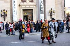 LONDRES - 16 DE FEBRERO DE 2018: El fashionista asiste al explorador de la moda durante London Fashion Week las colecciones de fe fotos de archivo