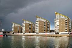 LONDRES - 12 DE FEVEREIRO: Apartamentos altos da elevação nas zonas das docas Londres Fotografia de Stock