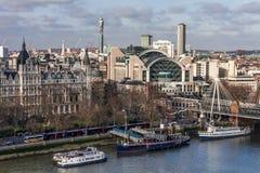 LONDRES - 27 DE JANEIRO: Vista para a cruz Staion de Charing e pendurado fotografia de stock royalty free