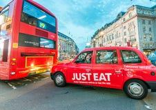 LONDRES - 3 DE JULHO DE 2015: Ônibus e táxis em Piccadilly Londres é Foto de Stock
