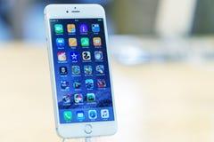 LONDRES - 2 DE JULHO DE 2015: O sinal de adição novo do iPhone 6s em Apple Store Foto de Stock