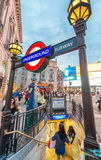 LONDRES - 3 DE JULHO DE 2015: Turistas e locals no metro de Piccadilly Foto de Stock Royalty Free