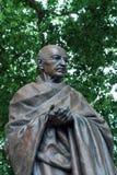 LONDRES - 30 DE JULIO: Estatua de Mahatma Gandhi en cuadrado del parlamento Foto de archivo