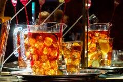 LONDRES - 27 DE JULIO: Jarros de una bebida alcohólica con sabor a fruta que aguarda la cuesta Imágenes de archivo libres de regalías
