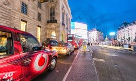 LONDRES - 11 DE JUNHO DE 2015: Tráfego e turistas na noite no regente Fotografia de Stock