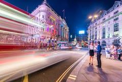 LONDRES - 16 DE JUNHO DE 2015: Tráfego na área do circo de Piccadilly Picca Fotos de Stock