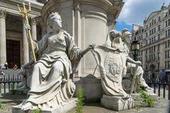 LONDRES - 25 DE JUNHO: Estátuas fora da catedral de St Paul em Londres Imagem de Stock