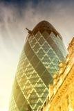 LONDRES - 13 DE JUNHO: Vista da construção do pepino (30 St Mary Axe) em s Imagem de Stock