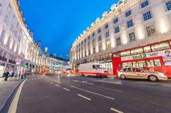 LONDRES - 15 DE JUNIO DE 2015: Autobuses y tráfico en Regent Street en el ni Imágenes de archivo libres de regalías