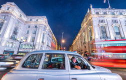 LONDRES - 11 DE JUNIO DE 2015: Tráfico y turistas en la noche en regente Fotografía de archivo
