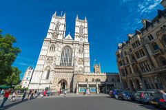 LONDRES - 14 DE JUNIO DE 2015: Turistas cerca de la abadía de Westminster Londres Fotografía de archivo