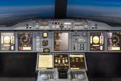 LONDRES - 25 DE JUNIO: Simulador de vuelo de Airbus A-380-800 en Londres o Imágenes de archivo libres de regalías
