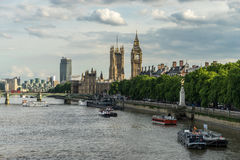 LONDRES - 25 DE JUNIO: Visión encima del río Támesis hacia Big Ben y Fotografía de archivo