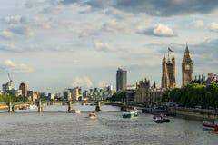 LONDRES - 25 DE JUNIO: Visión encima del río Támesis hacia Big Ben y Fotos de archivo