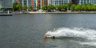 LONDRES - 25 DE JUNIO: Wakeboarding en Greenwich del norte en los Docklands L Foto de archivo
